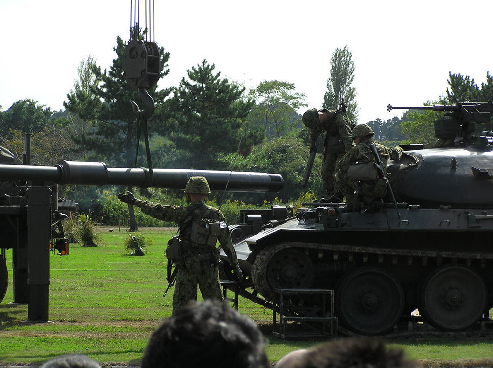 主砲交換中の74式戦車