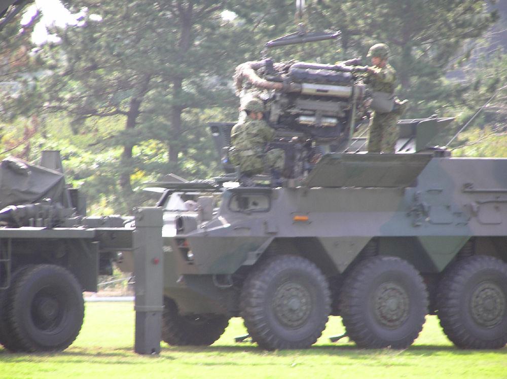 エンジン交換中の装甲車