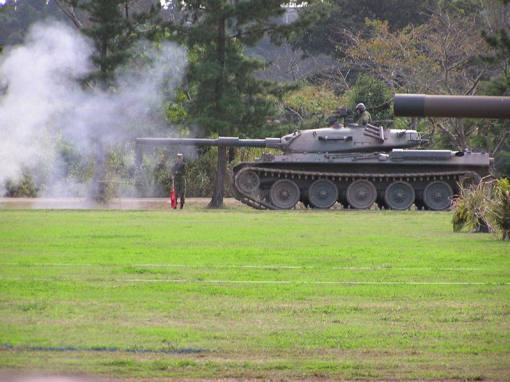 戦車74式の主砲発射