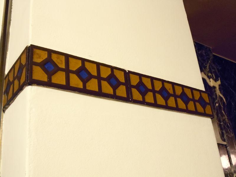 シンプルな壁面を特徴づける陶製タイル
