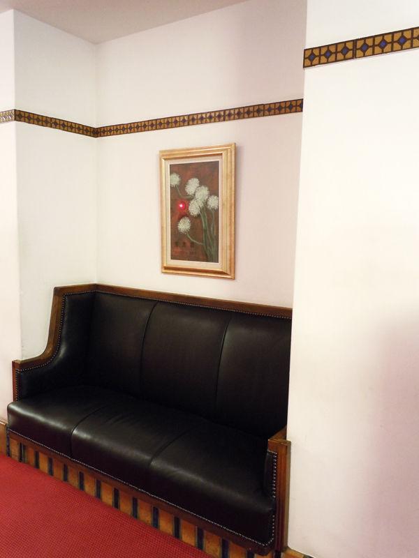 壁面のちょっとへこんだ所に作り付けられたソファ