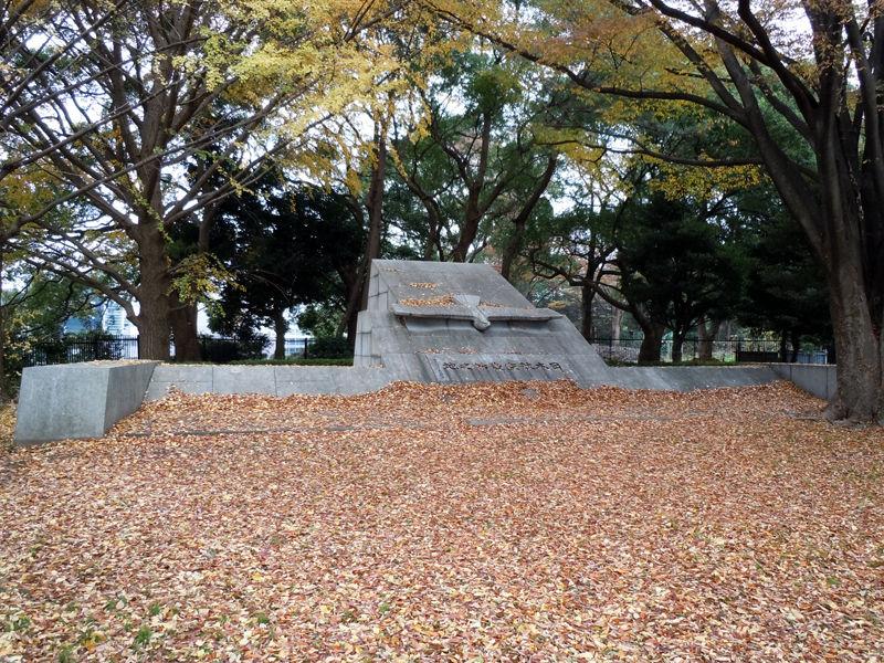 代々木公園の南門近くにある「日本航空発始之地」碑