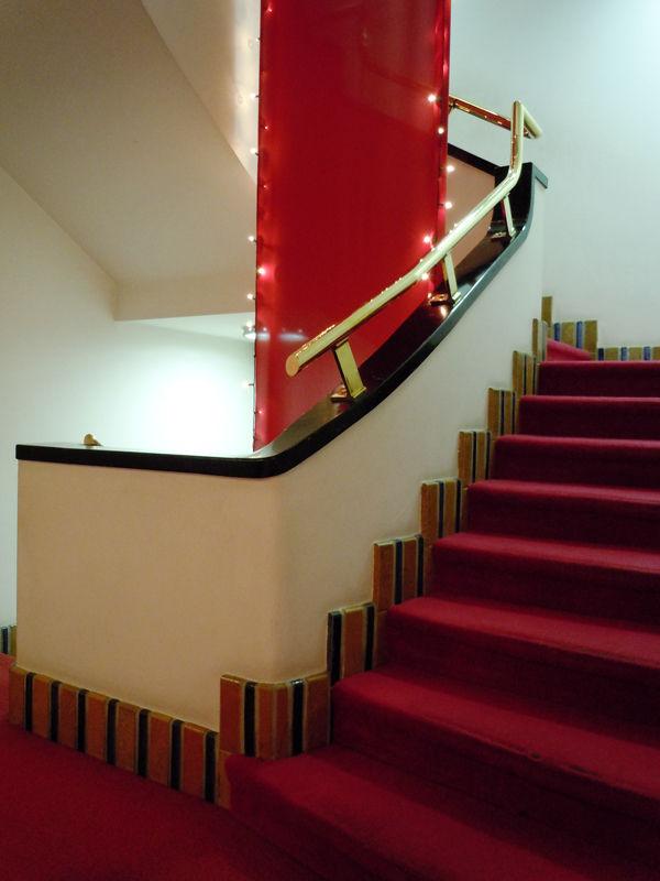 四角くも緩やかな曲線を描く階段