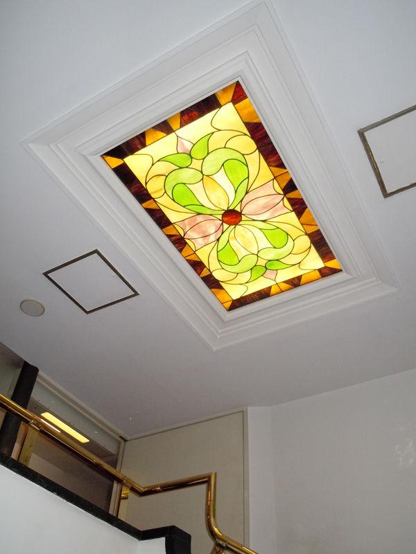 吹き抜けの天井にはステンドグラス