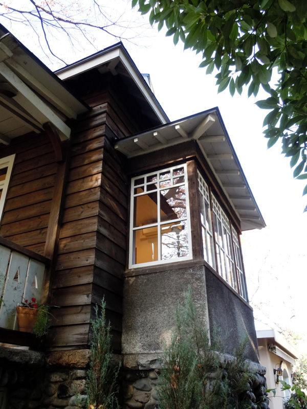 白い窓枠と出窓がコントラストを感じさせる
