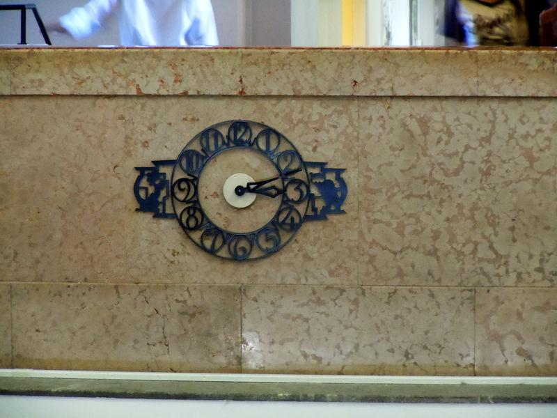 玄関ホールにある時計。3時方向にはフクロウ、9時方向には鳳凰が装飾されている。