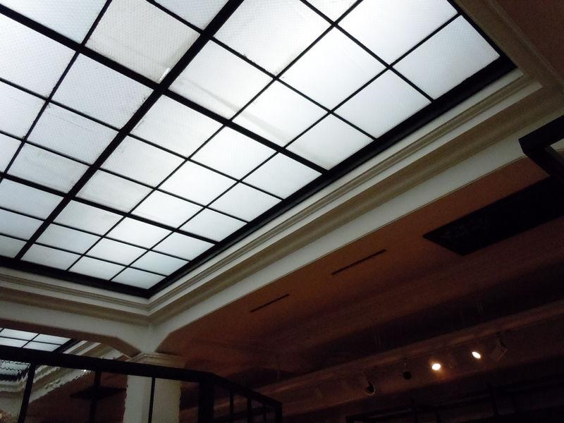 3階天井はかつて明り取りの窓が設置されていたが、現在は窓は塞がれ人口照明になっている