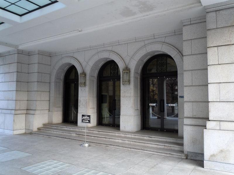 石造りのディティールが重厚な正面玄関