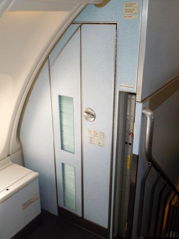 階段横にあるクローゼット。コートなどが収納できるようになっています。