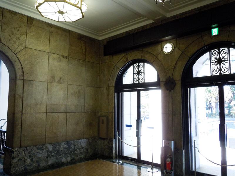 正面玄関内部はこのようになっている。現在は出入口が別にありこの扉を出入りすることはできない。