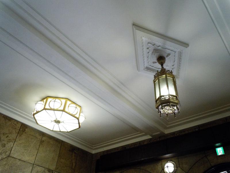 正面玄関天井の照明