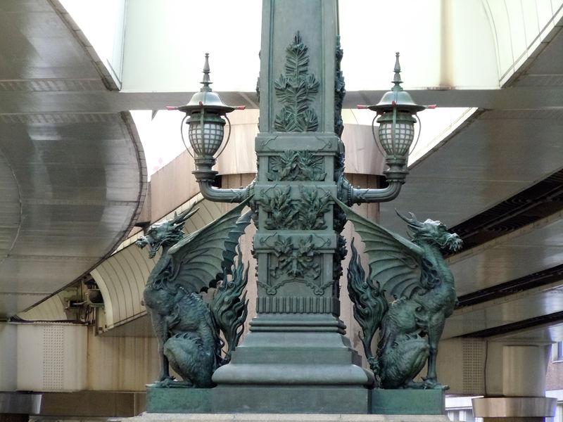 欄干の真ん中にある麒麟の彫刻