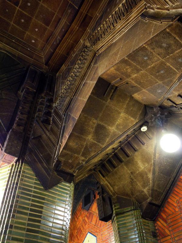 2色のタイル貼りの壁面と柱の装飾