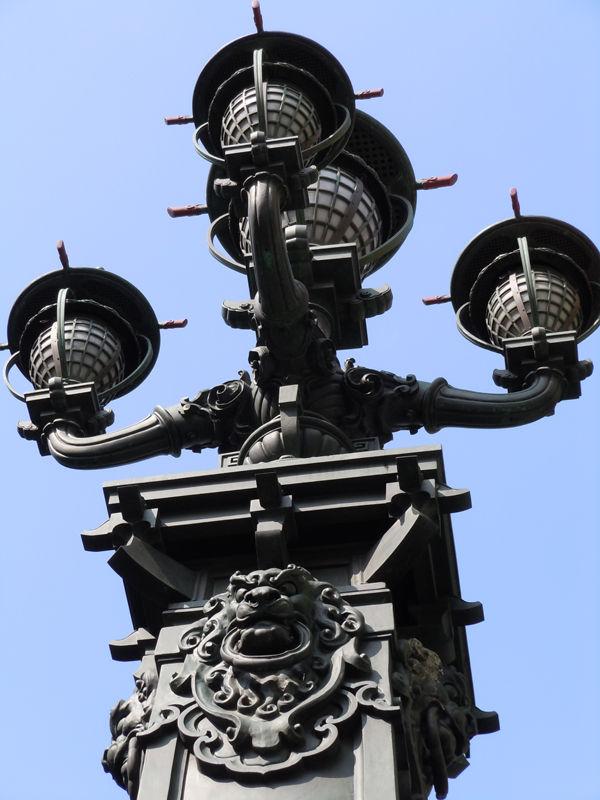 様々な箇所に飾られる守護獣・獅子の彫刻