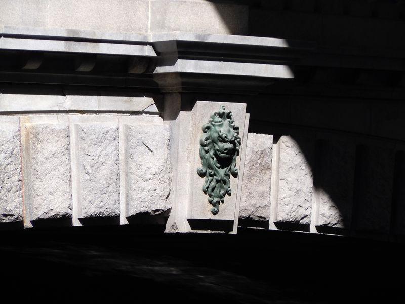 アーチの頂点に位置する「要石」にも獅子の顔が