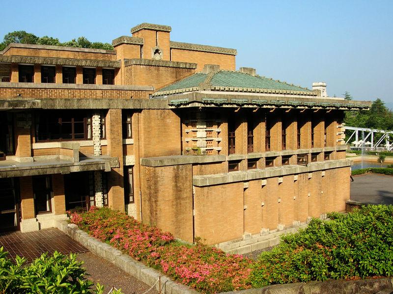 1923年完成の帝国ホテル(「博物館明治村」に正面玄関のみ移築保存されている)