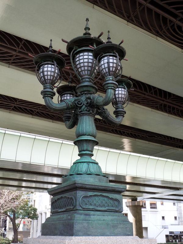 灯具は東洋趣味でありながら、どことなく西洋風