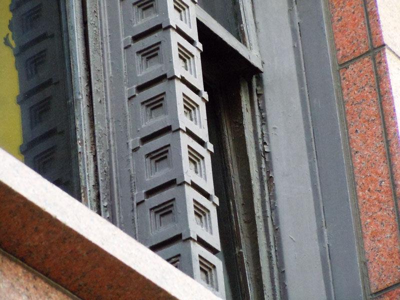 ライオン銀座7丁目店の2階窓枠