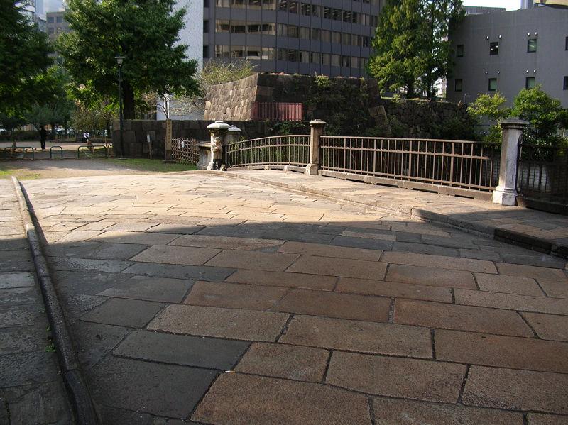 茶色い石の敷かれている部分が落下箇所を補修した跡