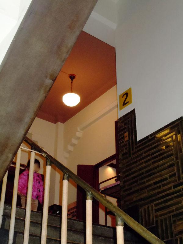 昭和初期のビルの雰囲気を残す裏手の階段室