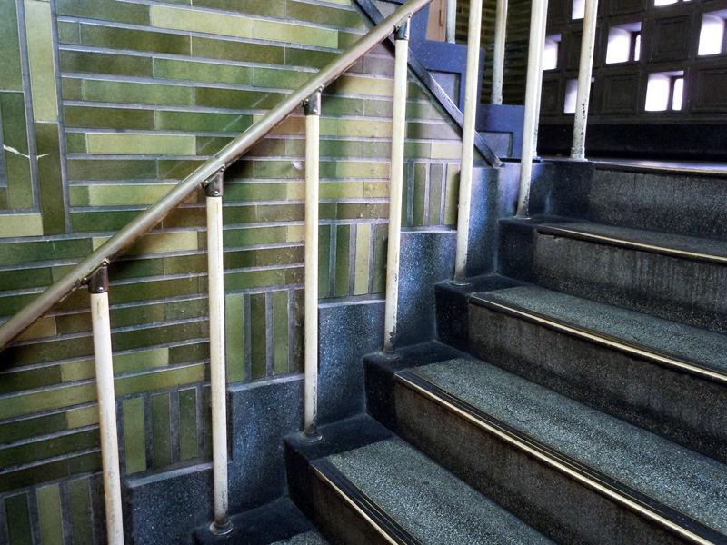 階段部分はジントギ(人造石の研ぎだし仕上げ)、壁面はタイルと漆喰で仕上げられている