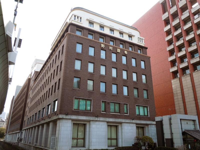 1930(昭和5)年築の野村證券本店ビル(安井武雄設計)