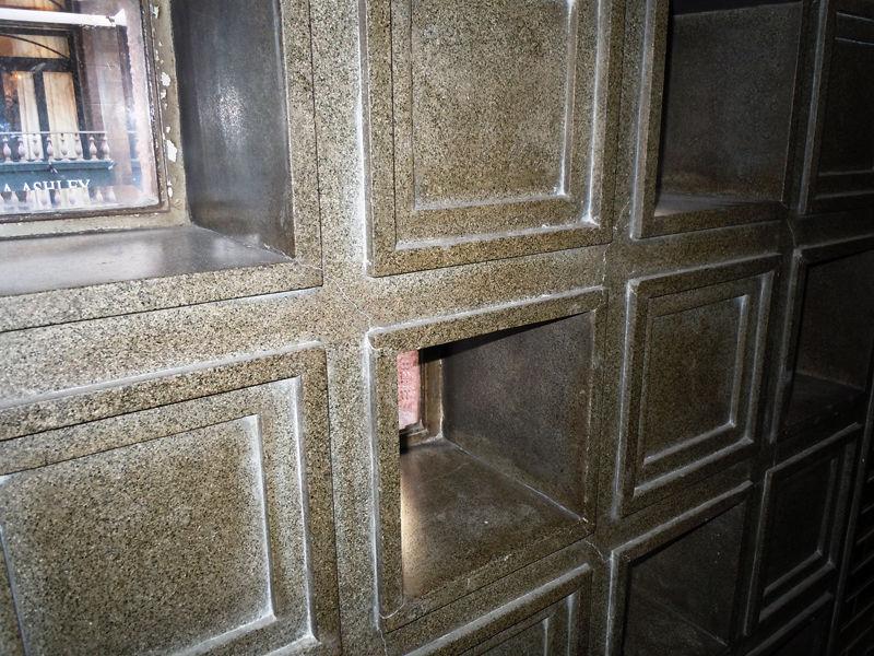 1階から2階に向かう踊り場の特徴的な窓の部分は石造り