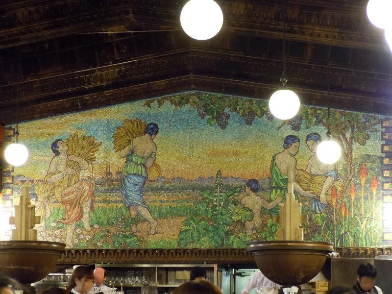 壁面を飾る縦2.75メートル、横7.75メートルにも及ぶ巨大なガラスモザイク画