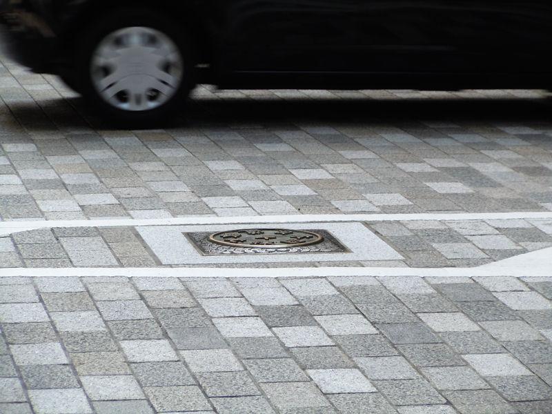 東京市道路元標が建っていた場所には当時の総理大臣・佐藤栄作筆の「日本国道路元標」が埋め込まれている