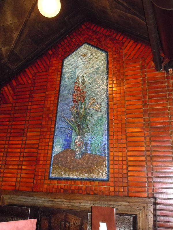 店内には大小10面のガラスモザイクの壁画がある