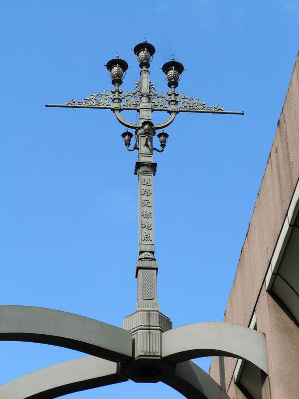 首都高速から見えるように東京市道路元標と同デザインの「道路元標地点」のモニュメントが建っている