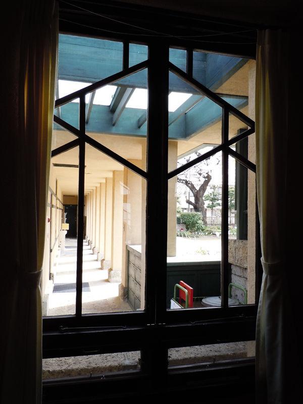 教室から廊下を眺めると窓の桟が更に美しく見える