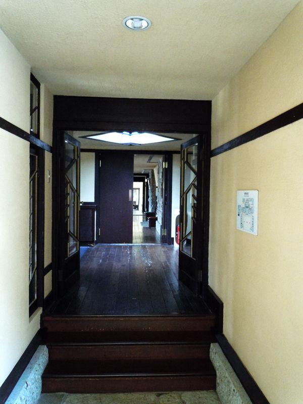 わずかに階段を上ることで空間に飽きがこない工夫がされている