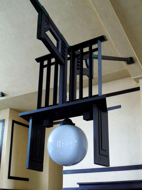 天井から釣られた照明器具のデザインも印象的