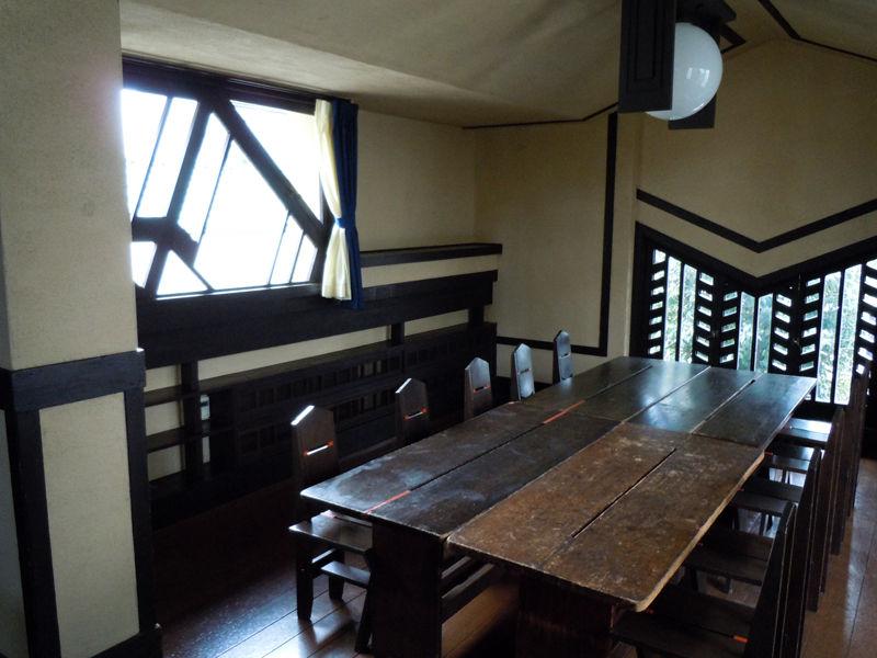 右手前のテーブルは、創立当時から使われているオリジナルのもの