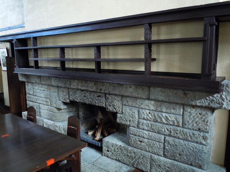 暖炉もあって、各学年の女学生達がテーブルを囲む空間を暖めます