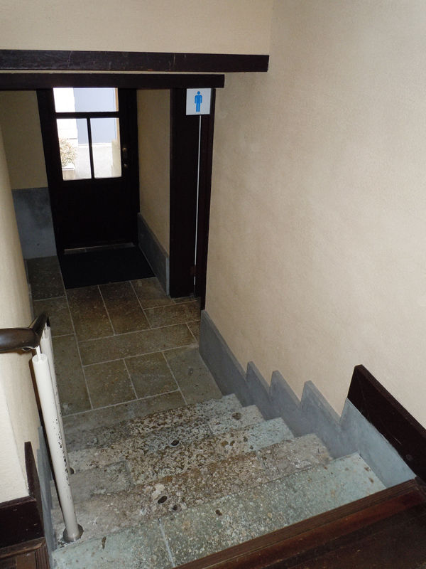 中央棟地下の物置に降りる階段