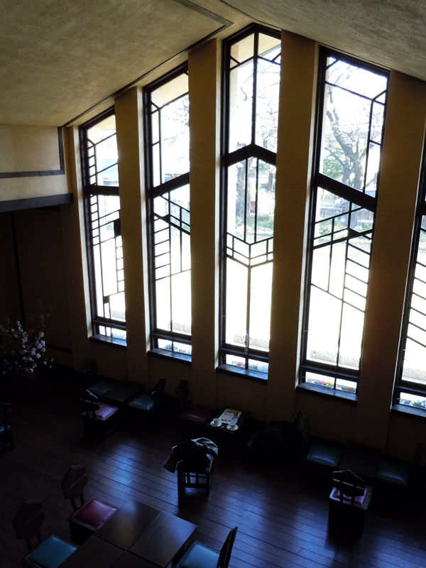 2階の部分から、吹き抜けになっているホールを見下ろします。
