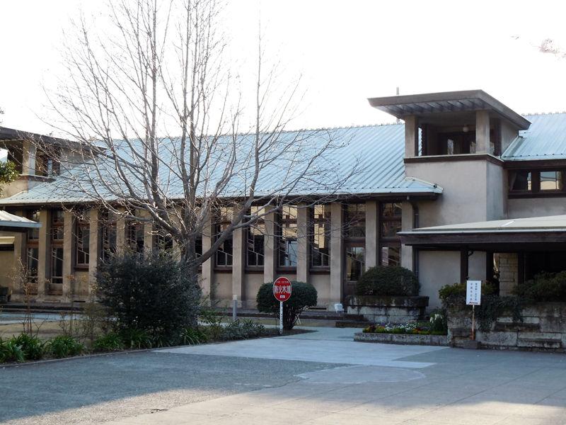 道を挟んだ反対側には、遠藤新が設計し1927(昭和2)年に完成した講堂もある