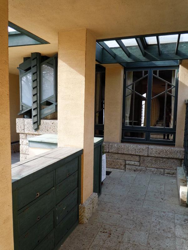 教室棟の外廊下。下は大谷石。左下にあるのは下足箱です。