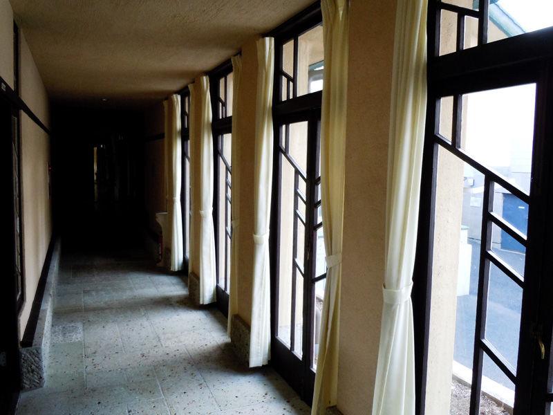 入ってすぐの廊下。木でできた窓の桟の幾何学的デザインが特徴的です。