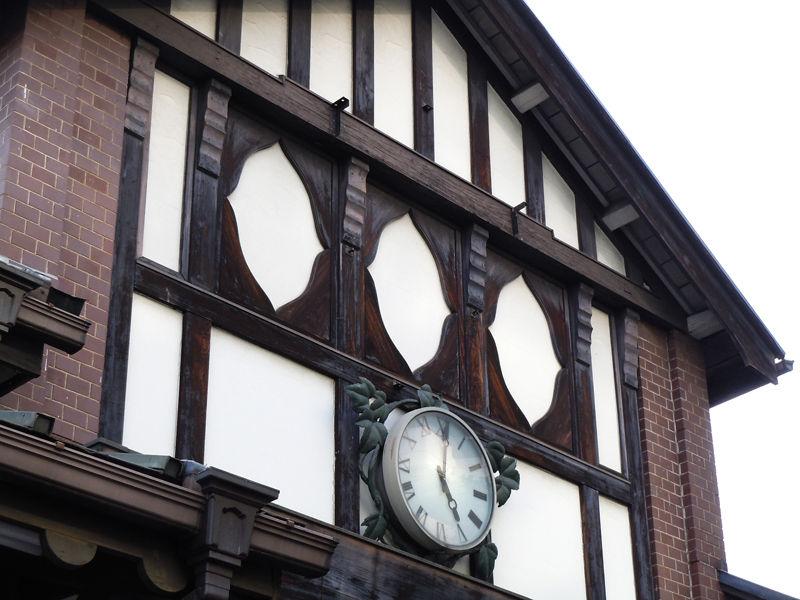 正面側には、窓のような装飾。その上にはかつて看板が掲げられていた看板の名残が見える。