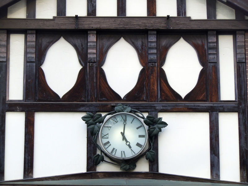 時計の周囲にはツタの装飾がされている