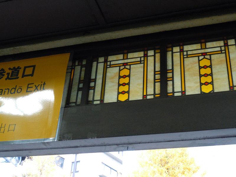 入り口の上のステンドグラス