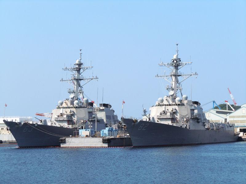ステザム(DDG-63・左)とラッセン(DDG-82・右)