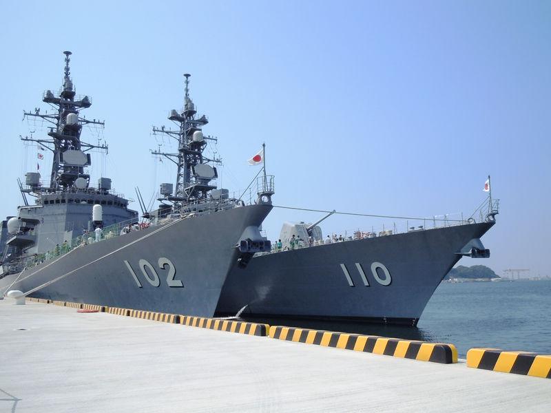 左はむらさめ型護衛艦のはるさめ(DD-102)、右はたかなみ型護衛艦のたかなみ(DD-110)