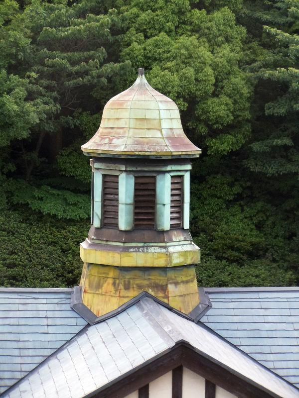 駅舎を特徴づけるかわいいデザインの塔屋