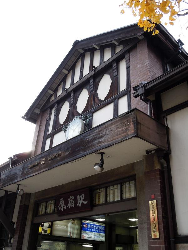 白漆喰と化粧レンガの壁面と、焦茶色の構造材の織りなすコントラストが美しい