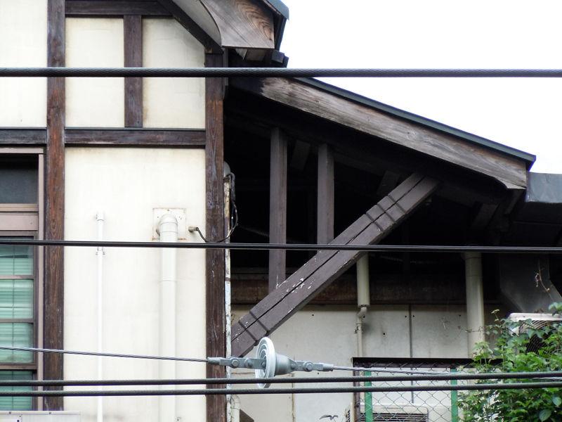 軒を支える部材や軒先に、さりげなく装飾が施されてます
