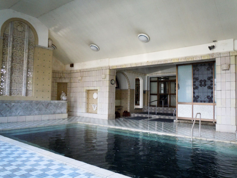 クアハウス内部。「ローマ風呂」的な雰囲気に作られている。